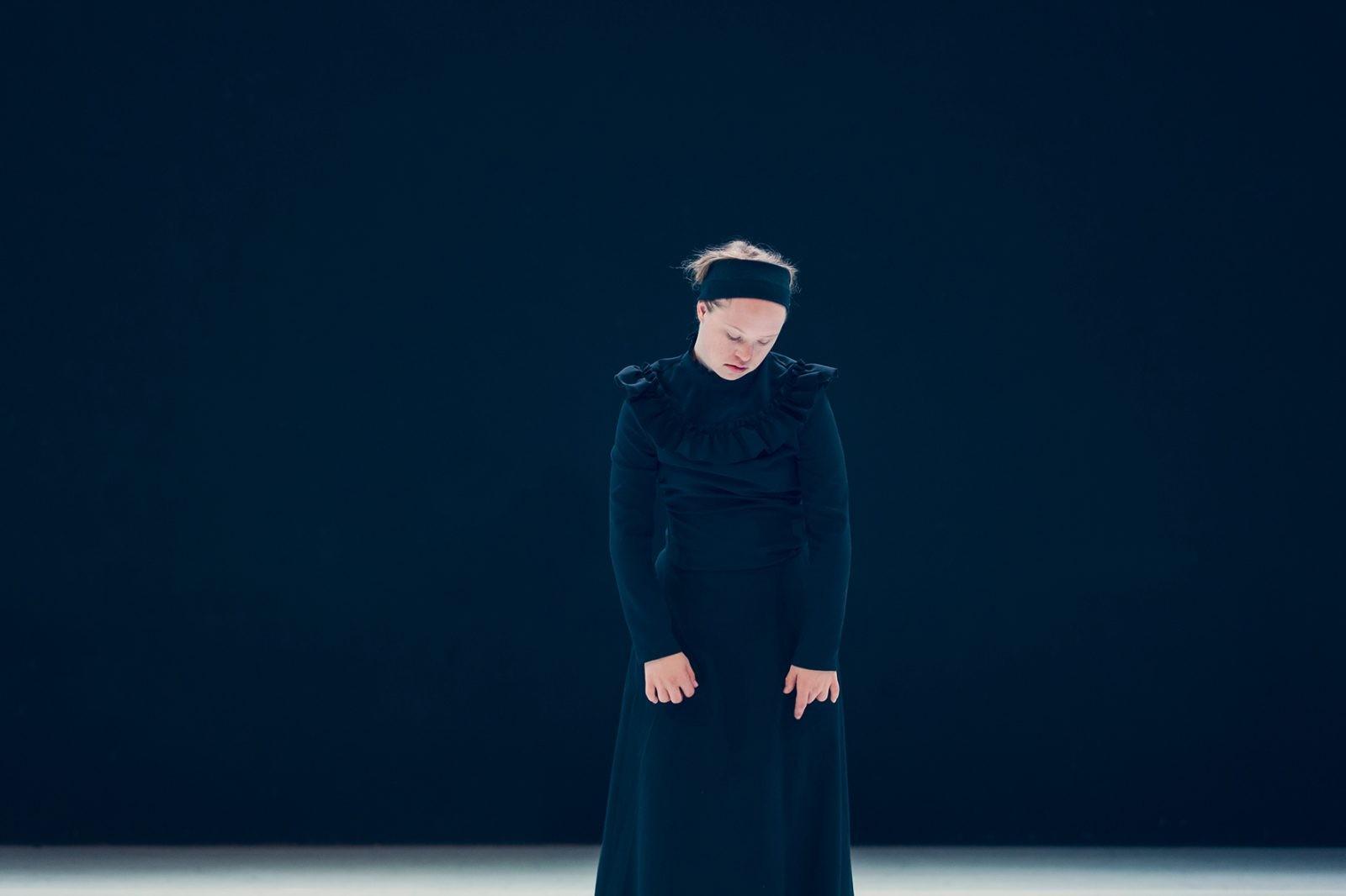 Neele im schwarzen Kleid