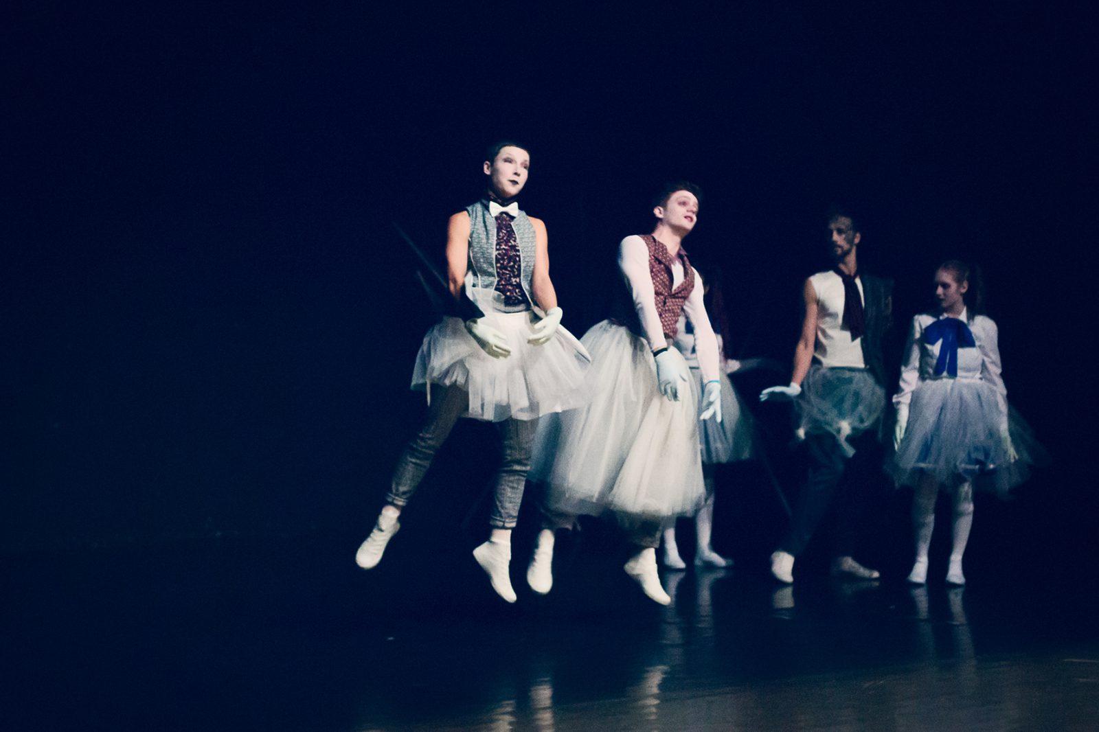 zwei TänzerInnen in der Luft