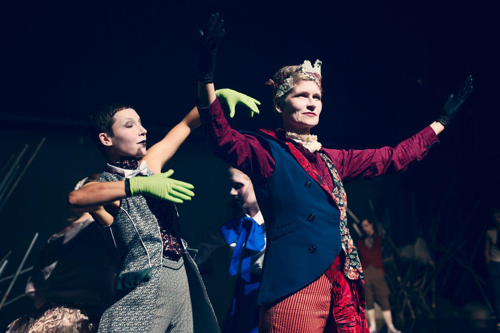 eine Tänzerin mit Armen u. eine andere Tänzerin