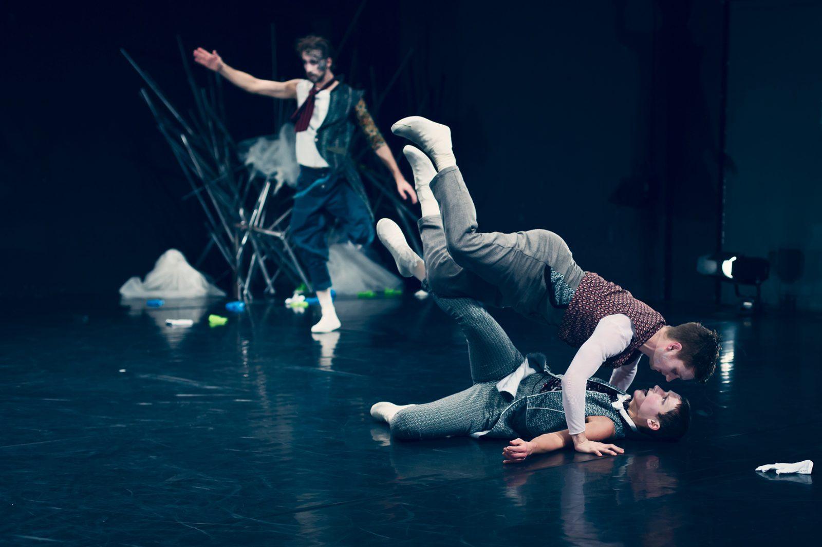 Tänzer über Tänzerin im Sprung