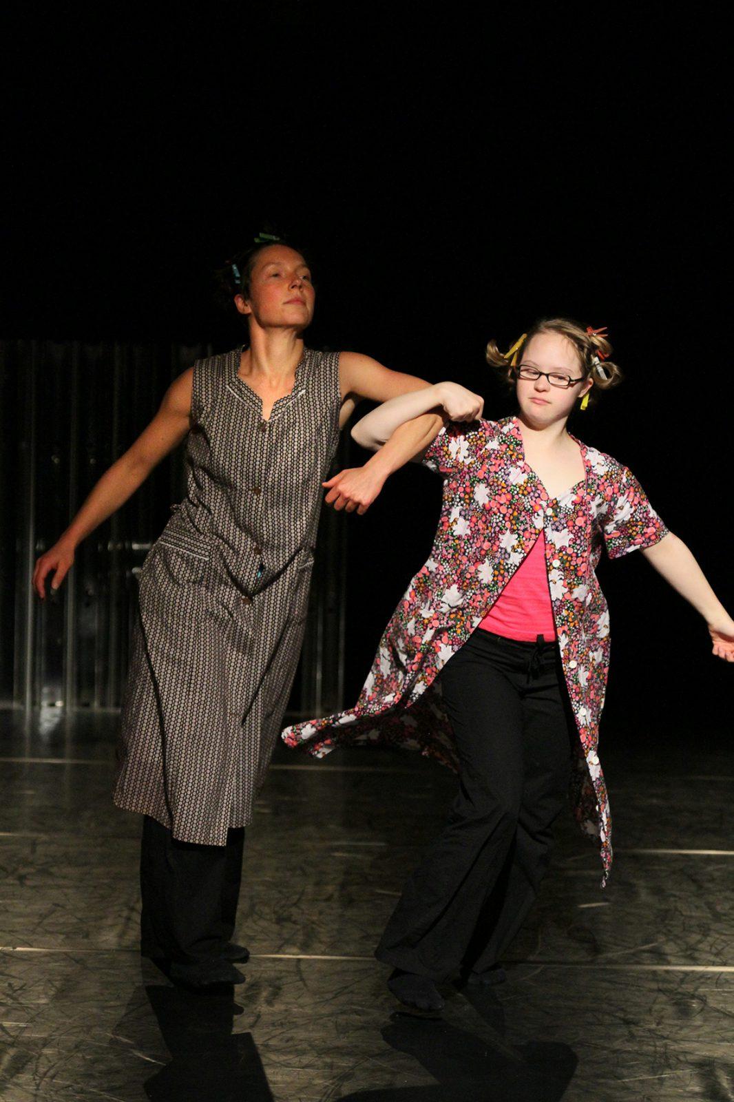 zwei Tänzerinnen mit eingehakten Ellenbogen