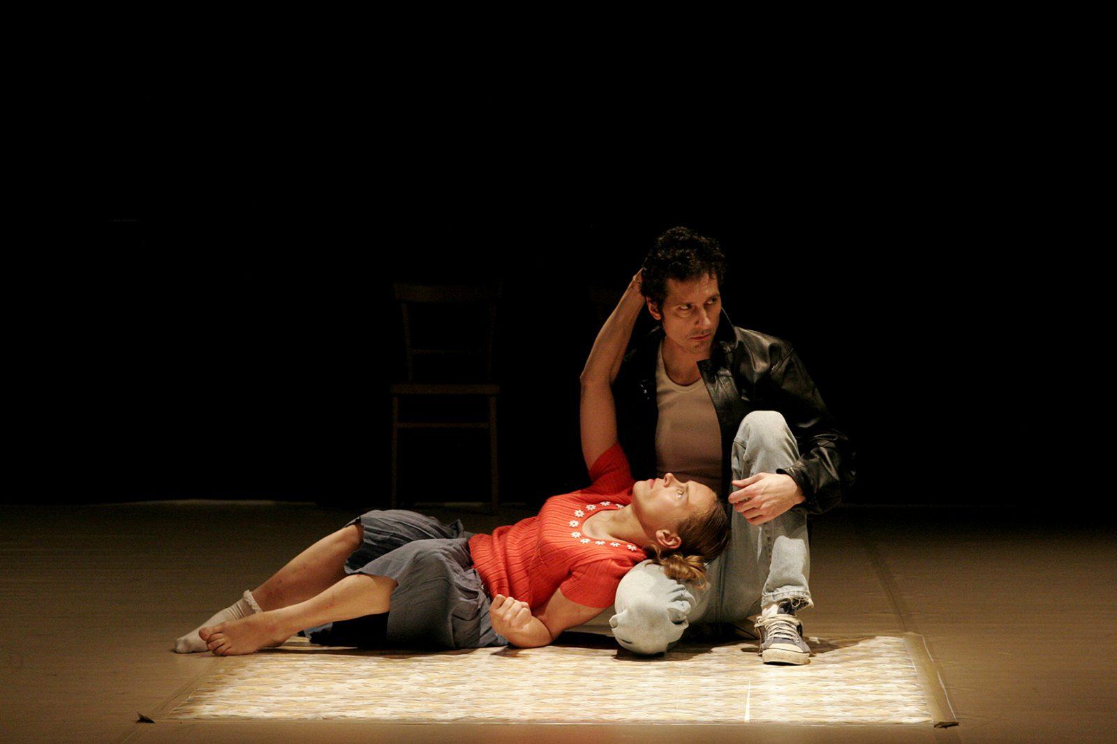 eine Tänzerin liegt mit dem Kopf auf dem Oberschenkel eines Tänzers