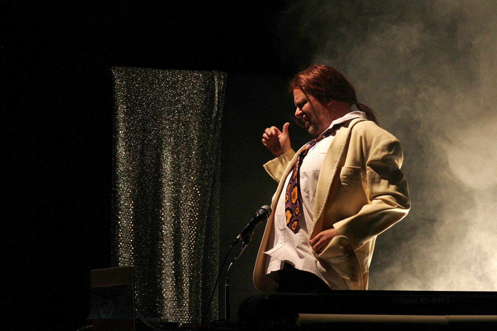 ein Musiker mit Mikrofon tanzt
