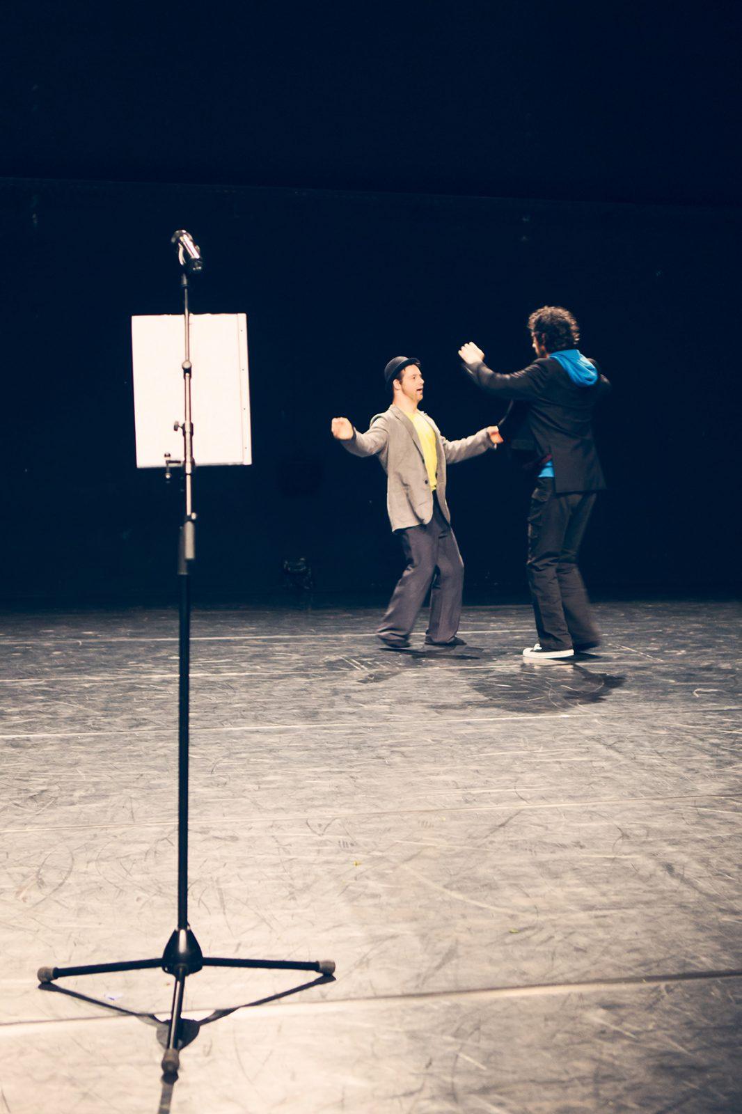 zwei Männer tanzen gegenüber