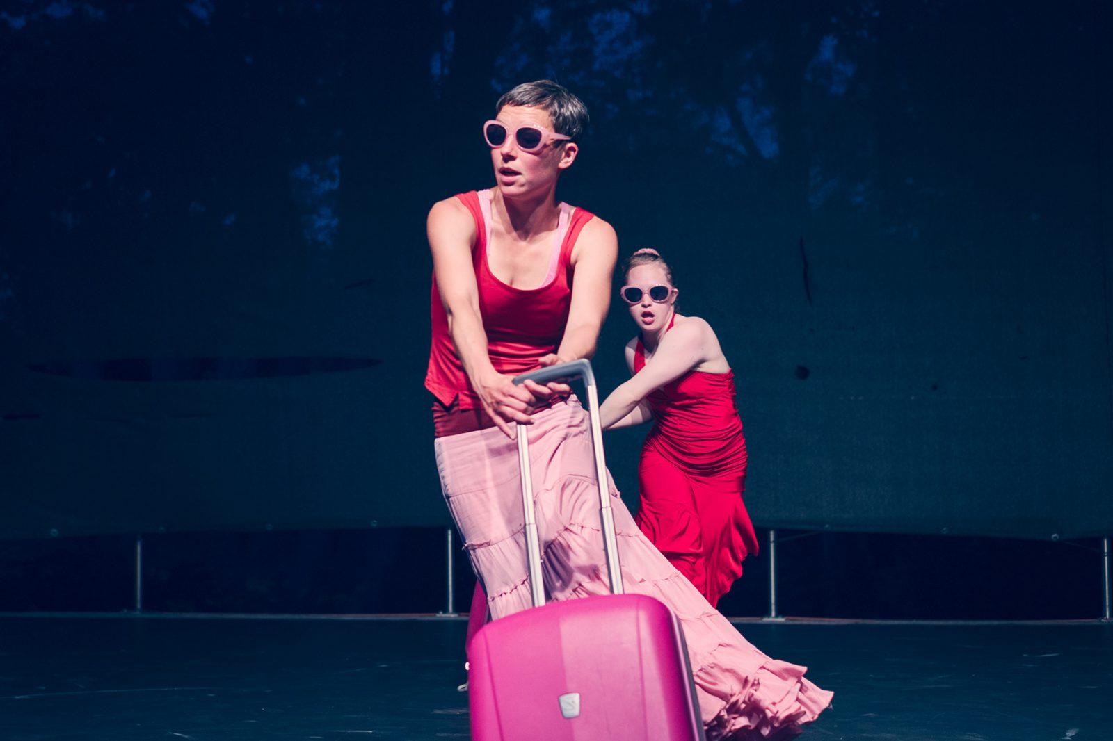 zwei Tänzerinnen hintereinander