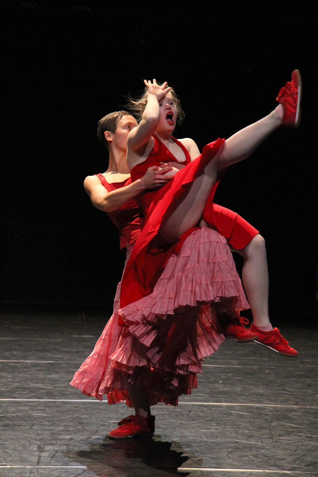eine Tänzerin hebt eine andere Tänzerin