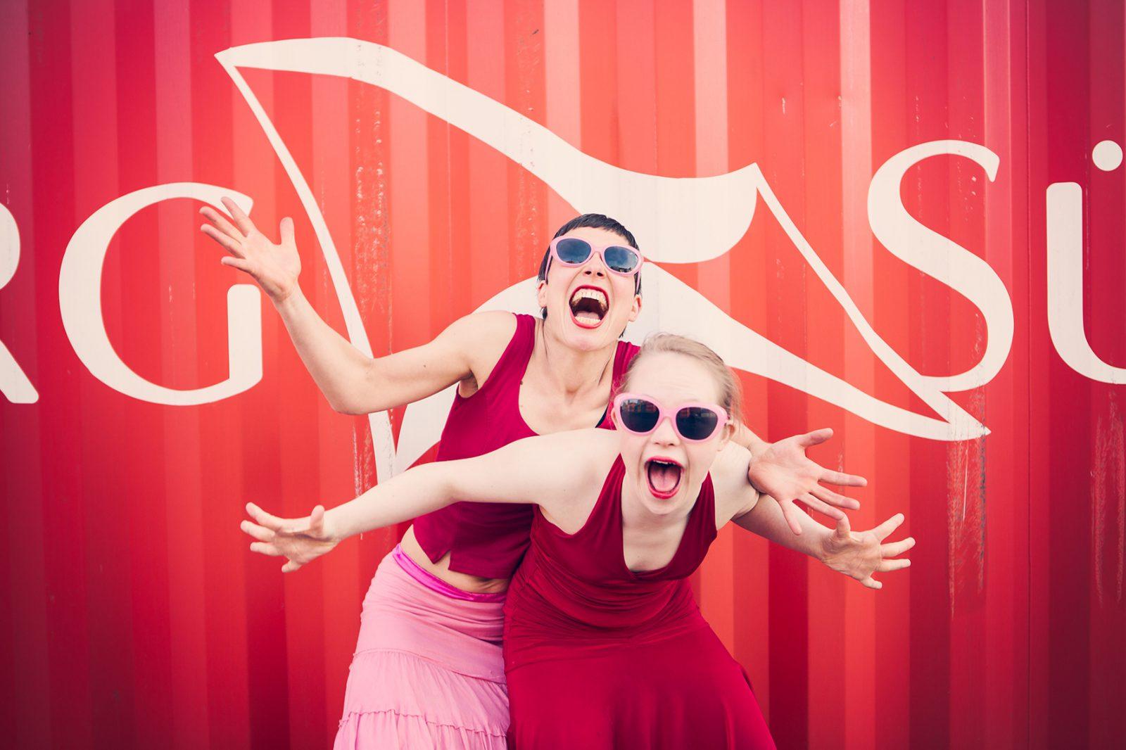 zwei Tänzerinnen lachen in die Kamera