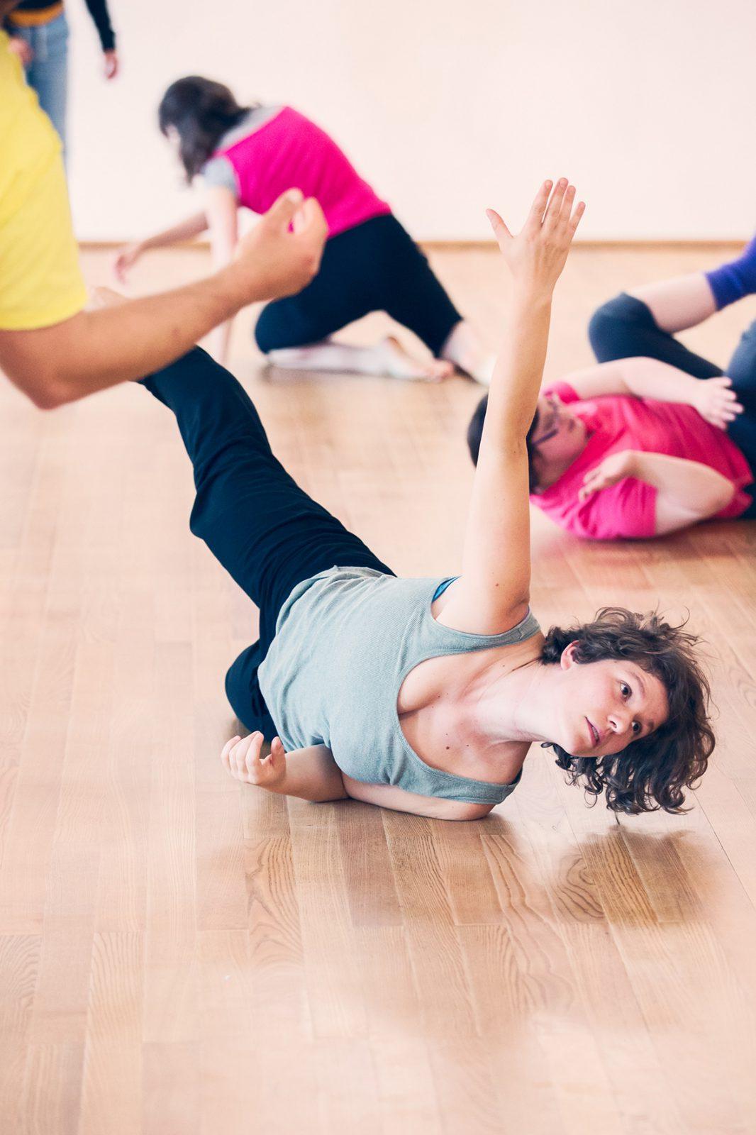 drei Tänzerinnen liegen am Boden