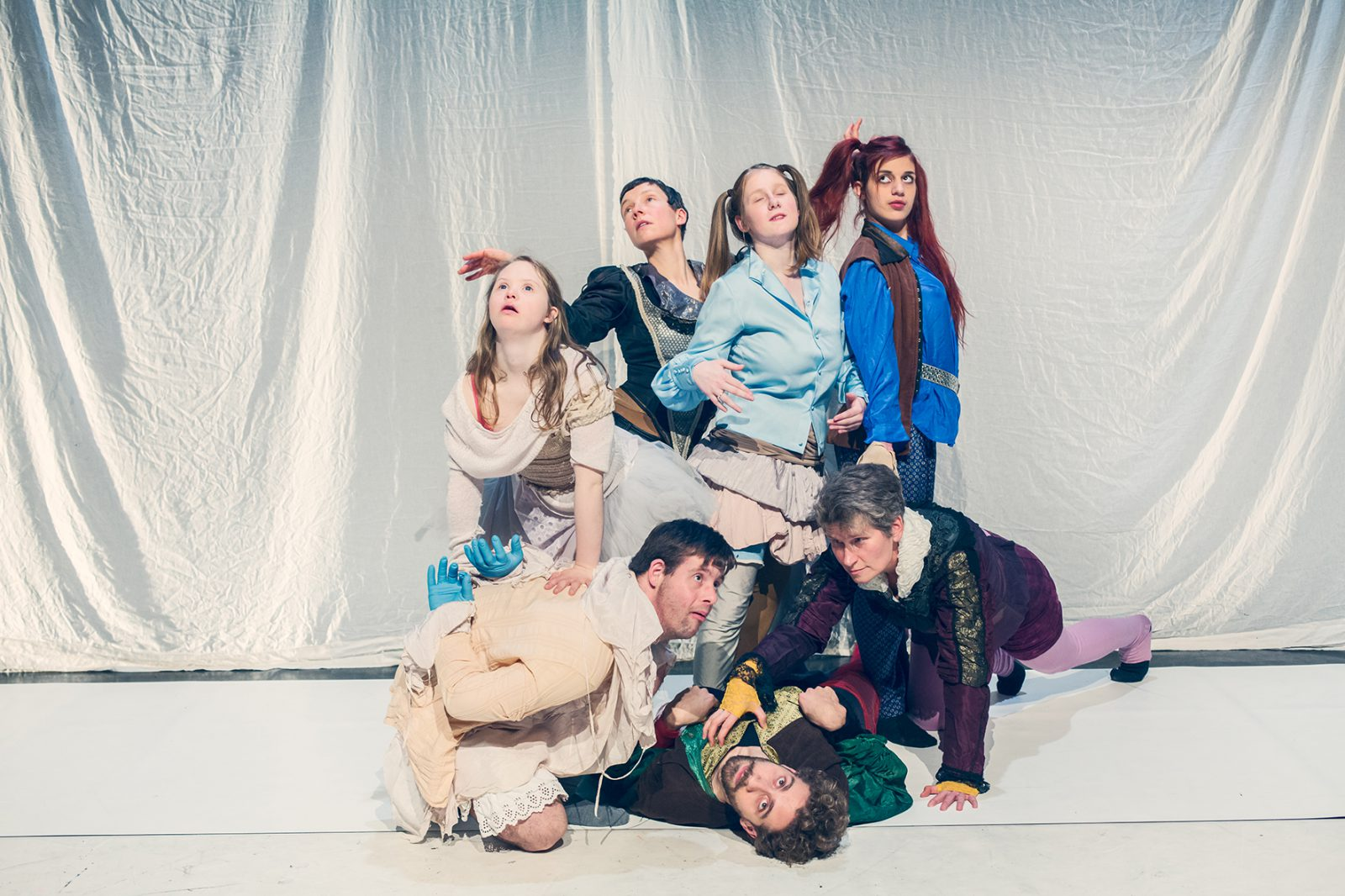 eine Gruppe von TänzerInnen in Kostümen