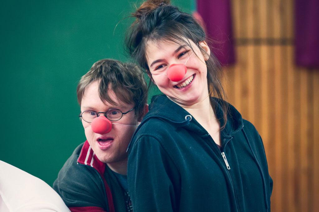 zwei DarstellerInnen mit roten Nasen