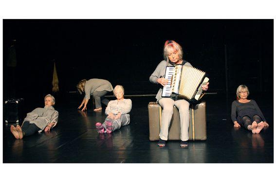 Frauen auf der Bühne. Eine spielt Akkordeon