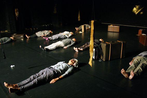 Gruppe von Personen, die sich auf den Boden der Bühne legen
