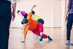 ein Tänzer mit einer Hand und einem Fuß am Boden