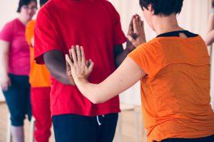 zwei TänzerInnen berühren ihre Handflächen