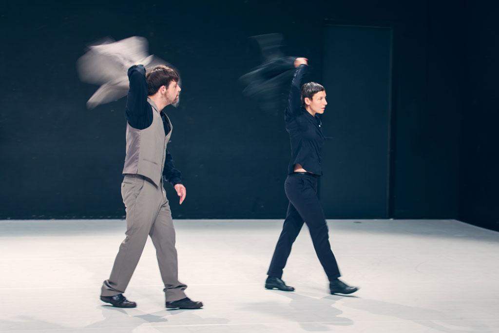 zwei TänzerInnen schwingen ihre Jacken
