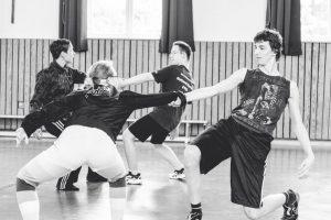 vier TänzerInnen spielen mit ihrem Gewicht