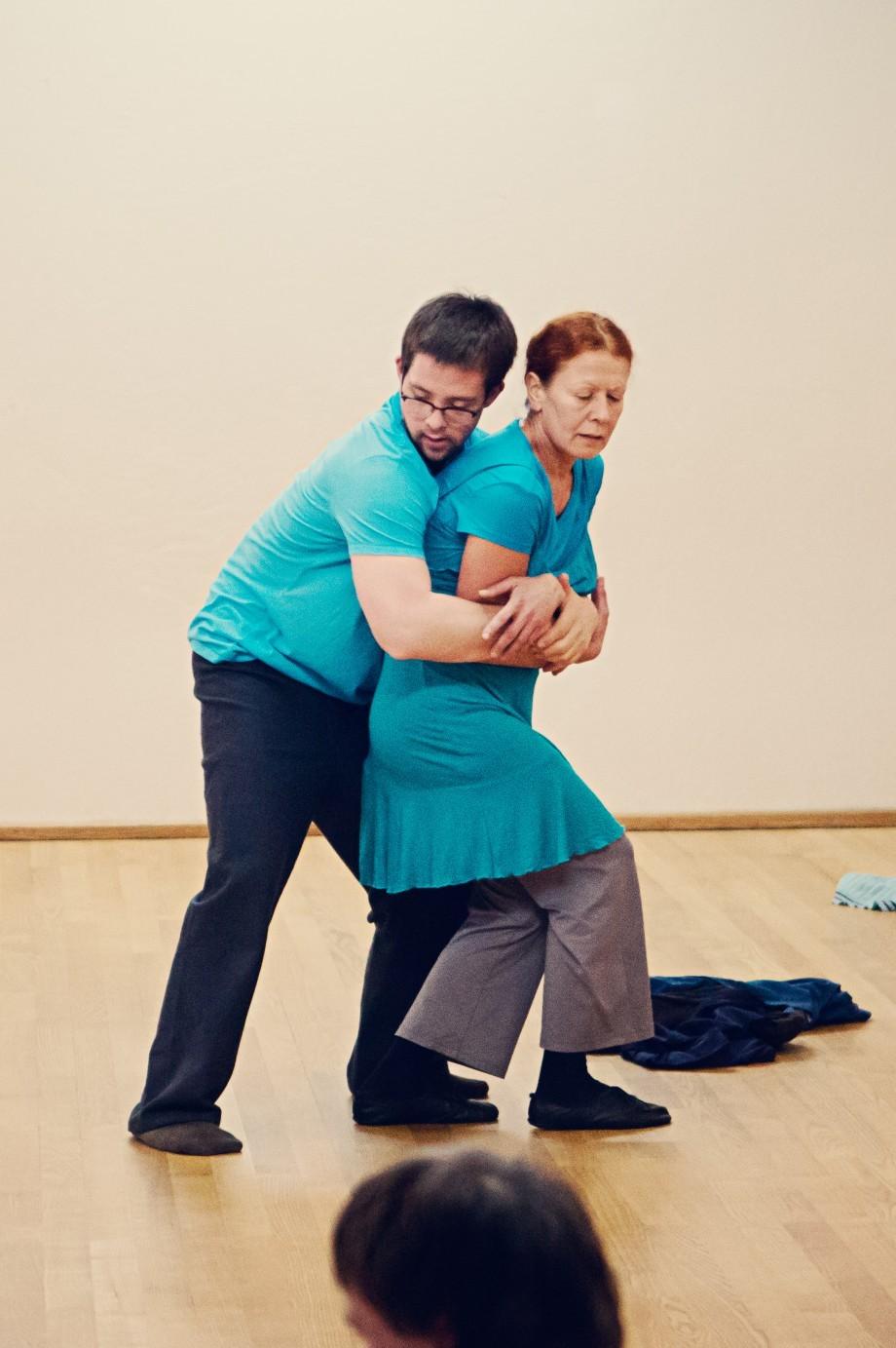 ein Mann umarmt eine Frau