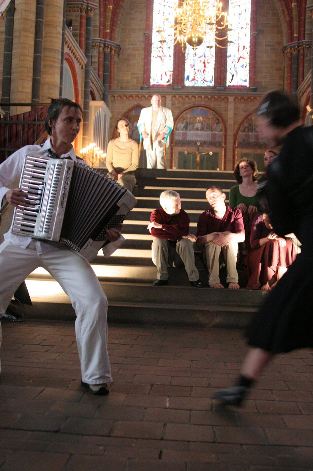 eine Frau mit Ziehharmonika und andere Tänzer