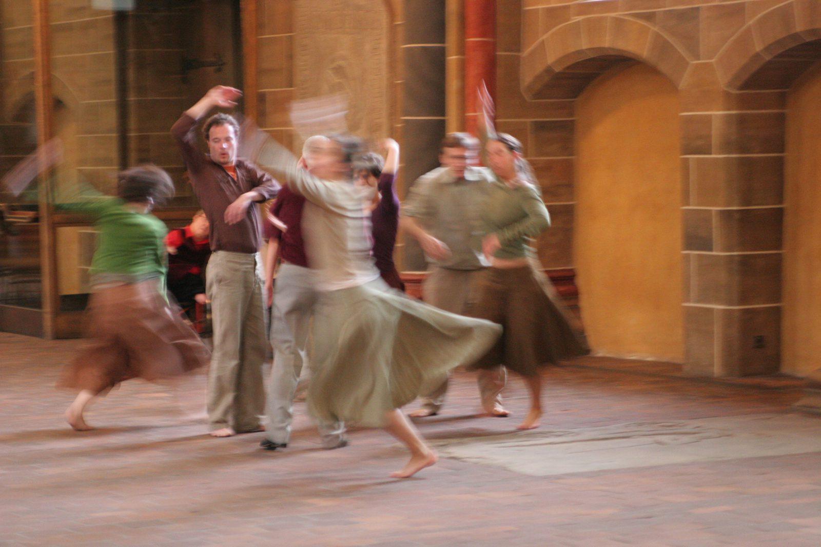 Tänzer und Tänzerinnen im Dom zu Bremen