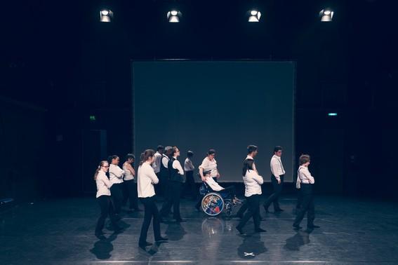 eine Gruppe junger Menschen in einer Bühne, die sich auf die rechte Seite dreht