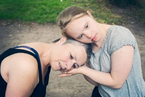 zwei Frauen Kopf an Kopf