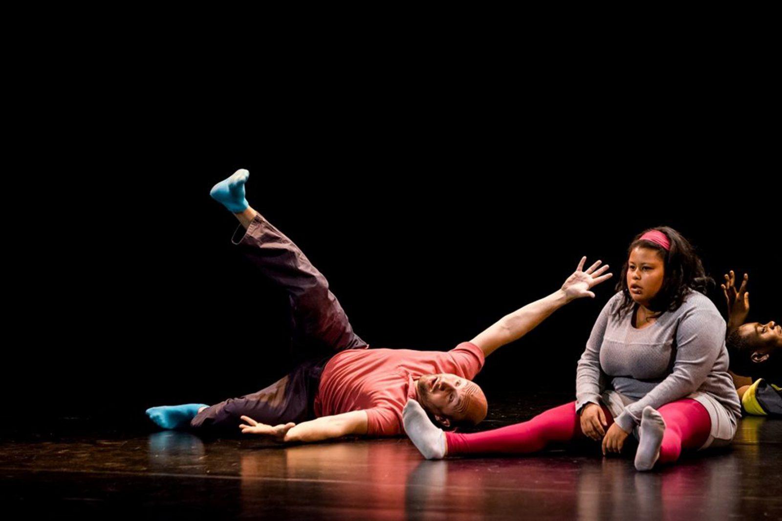 zwei TänzerInnen liegen am Boden