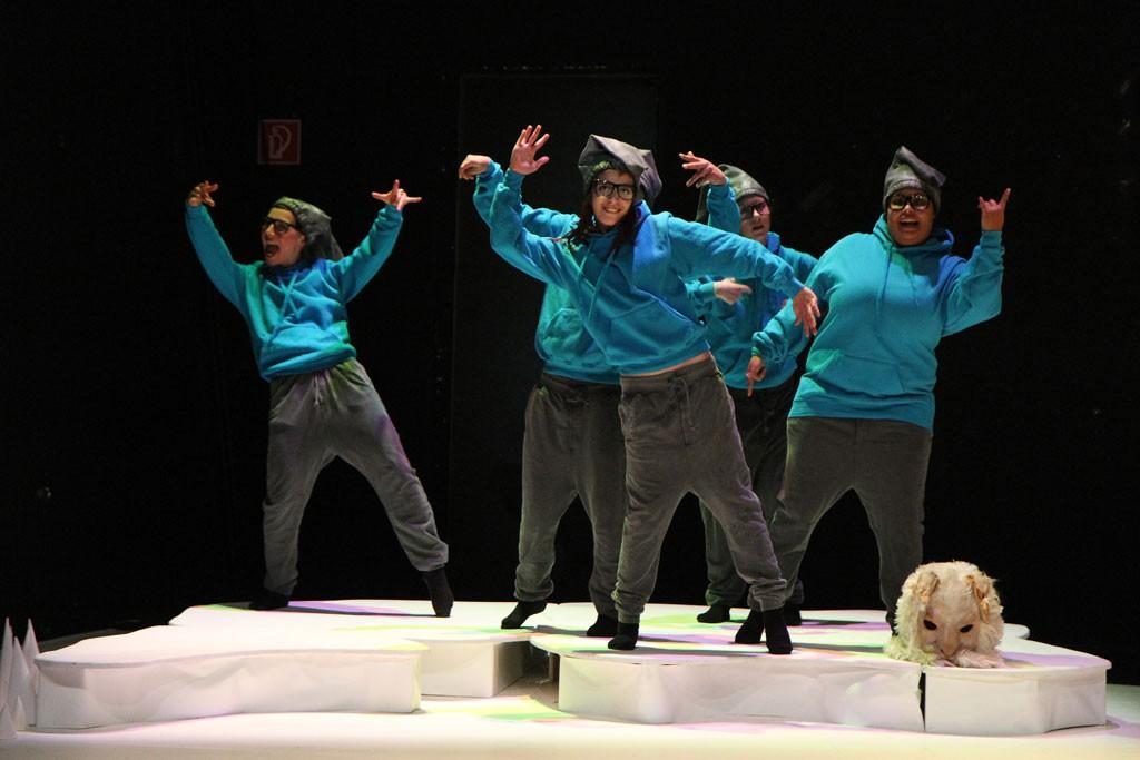 fünf TänzerInnen heben die Hände