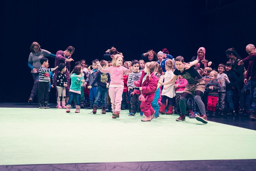 eine Gruppe von Kindern mit den TänzerInnen