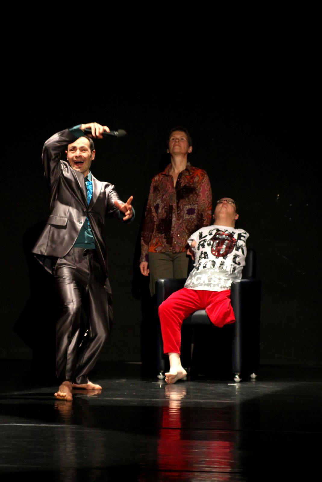 Drei TänzerInnen, einer als Moderator