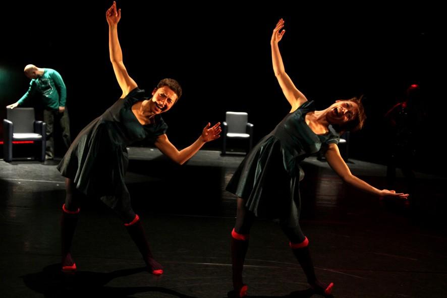zwei Tänzerinnen zur Seite gebeugt