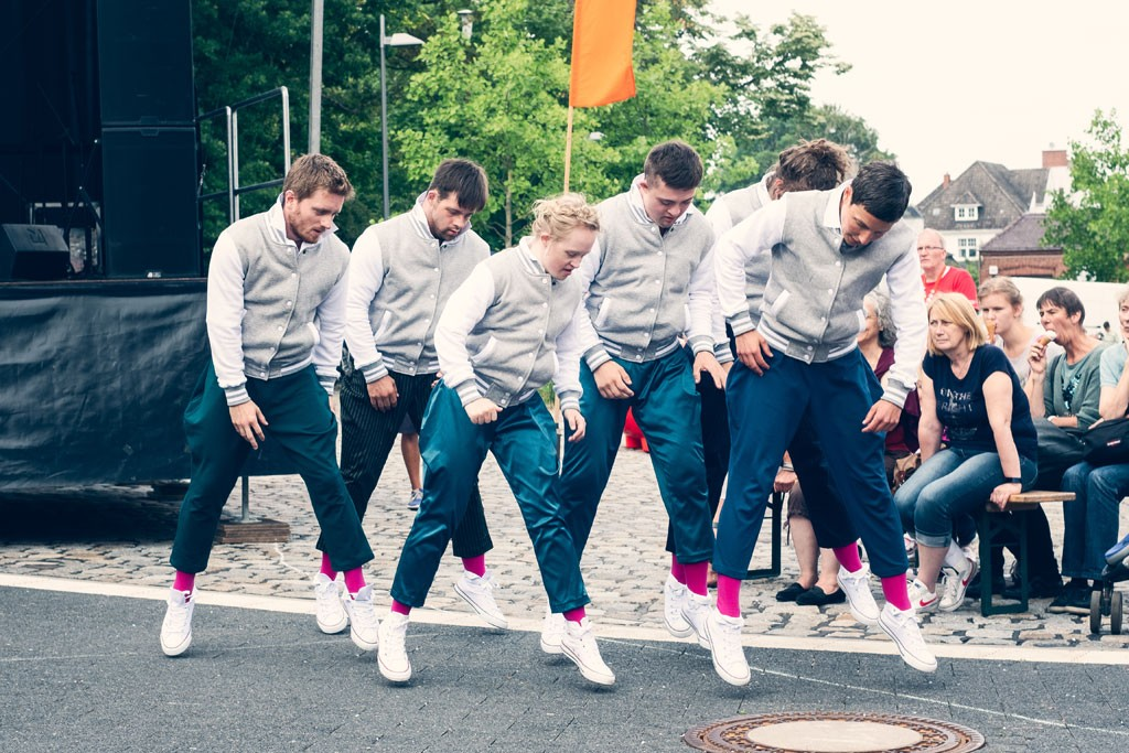 sechs TänzerInnen im Sprung