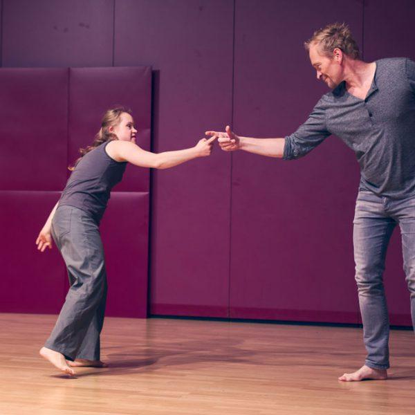 Neele und Lars spielen mit den Fingern