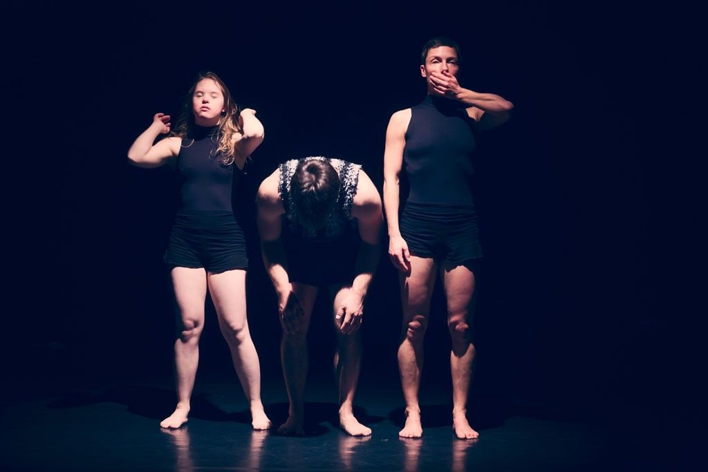 drei Gesten von Tänzerinnen die nebeneinander stehen