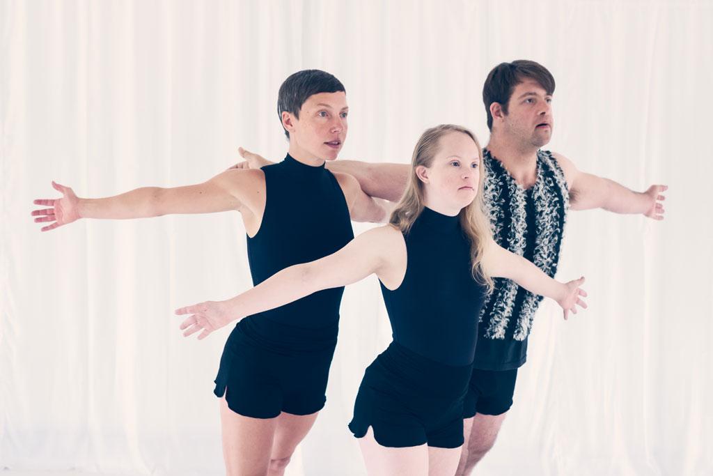 drei Tänzerinnen mit Armen zur Seite