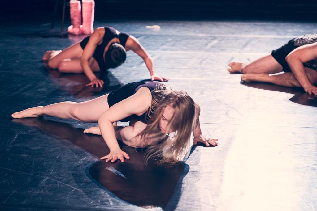 Drei TänzerInnen am Boden