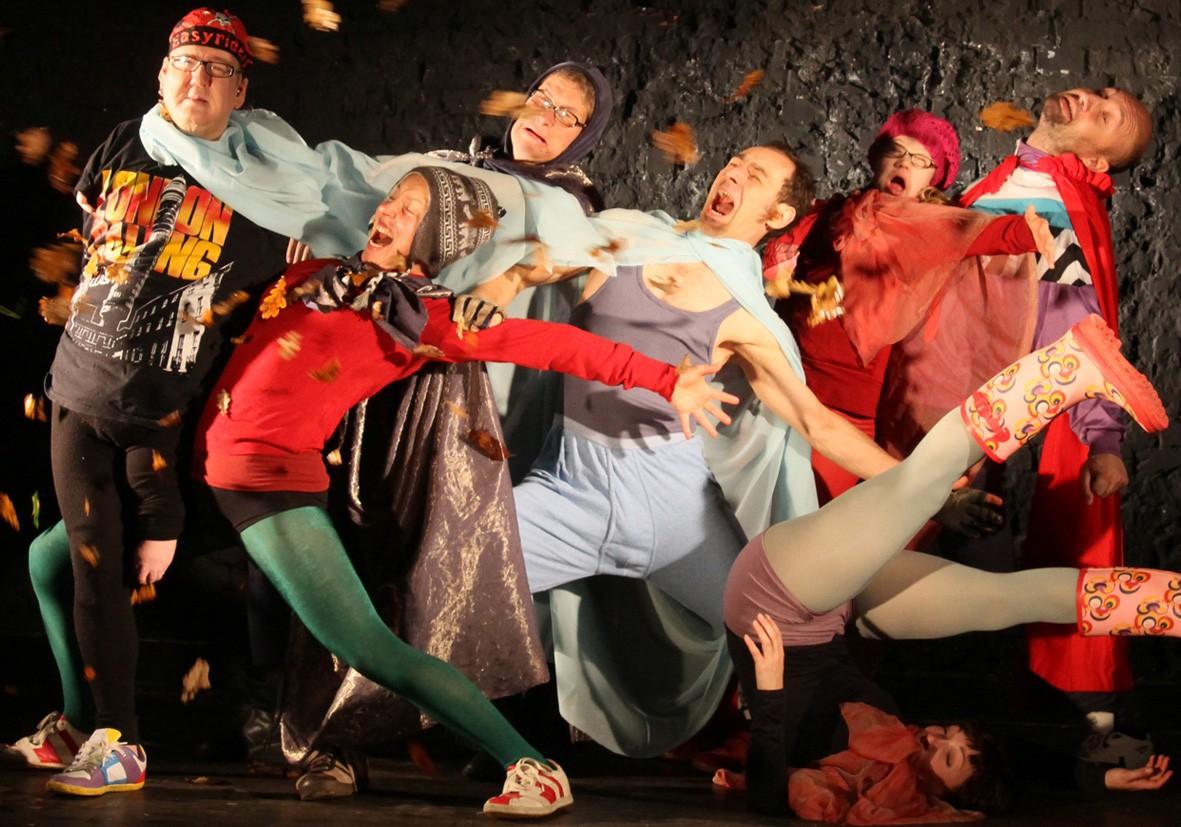 Gruppe von TänzerInnen mit Wind und Blättern